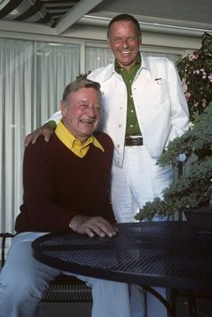 John Wayne and Frank Sinatra. Sinatra was Wayne's favorite singer. John Wayne Wife, John Wayne Quotes, John Wayne Movies, Hollywood Actor, Hollywood Stars, Classic Hollywood, Franck Sinatra, Photo Vintage, Classic Movie Stars