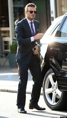 David Beckham hasta de traje se ve muy sexy.