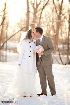 Winter Bride and Groom Photography | Utah Wedding Photographer | Bride and Groom | Amanda Abel Photography | www.amandaabelphoto.com #brideandgroomphotography