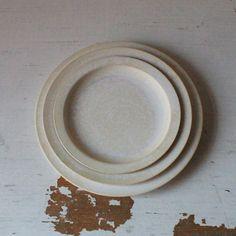 [エンベロープオンラインショップ] リムプレート 福岡彩子 TABLEWARE Japanese Pottery, Envelope, Plates, Tableware, Japanese Ceramics, Licence Plates, Envelopes, Dishes, Dinnerware