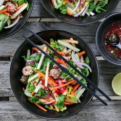 I dag kan jeg friste med en smakfull, fruktig og frisk kyllingsalat med asiatiske aner. Jeg elsker å bruke frukt i maten, og her lurt både papaya og eple oppi salaten. Det hele toppes med en spicy … Food Porn, Food And Drink, Smoothie, Ethnic Recipes, Food, Cilantro, Smoothies, Treats
