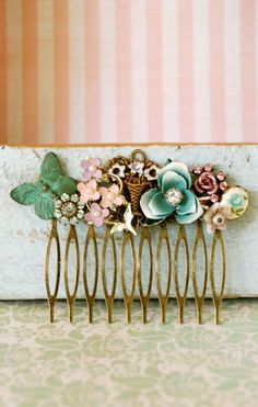 Shabby chic victorian garden collage hair comb lovely super cute all it needs is a bow ! Vintage Hairstyles, Pretty Hairstyles, Vintage Hair Combs, Vintage Clip, Vintage Metal, Vintage Brooches, Vintage Floral, Vintage Style, Victorian Gardens