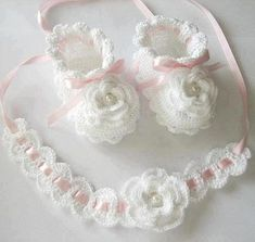 Crochet Baby Headband+ white flowered baby shoes, baby sandals 3 to 6 months, crochet baby shoes, baby socks, knitted slippersItems op Etsy die op Handmade a set of baptism. White and pink color.This Pin was discovered by mar Baby Knitting Patterns, Crochet Baby Sandals, Crochet Baby Clothes, Crochet Girls, Crochet For Kids, Baby Slippers, Knitted Slippers, Baby Socks, Crochet Baby Dresses