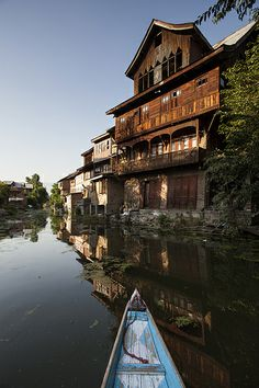 Old House - Srinagar - Kashmir - India - Sylvain Brajeul © Srinagar, Om Namah Shivaya, Paradise On Earth, Lost Paradise, Places To Travel, Places To Go, Nature Photography, Travel Photography, Kashmir India