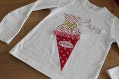 """Originelles Langarmshirt zum Schulstart mit Schultüte und Name. Die Schultüte aus pinkfarbenen Stoffen hat eine grüne """"Schleife"""" und eine pinkfarbene Rüschenborte. Der Name ist stilecht in..."""