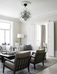 Dennis gillar lampor. Våningen är full med både nutida och framtida klassiker, som Achille Castiglionis Taraxacum för Flos i vardagsrummet. Golvlampan G5 från Santa & Cole är en annan favorit.