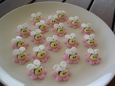 Mossy's masterpiece buzzy bee cupcake toppers by Mossy's Masterpiece cake/cupcake designs Cupcake Toppers, Cookies Cupcake, Bee Cupcakes, Fondant Toppers, Bee Cookies, Bacon Cupcakes, Fondant Cupcakes, Cake Decorating Tips, Cookie Decorating