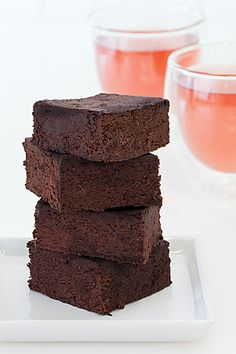 Flourless chocolaty brownies—black beans add moisture and fudgy texture. It's your secret that they are gluten-free. Healthy Dessert Recipes, Healthy Desserts, Delicious Desserts, Yummy Food, Black Bean Cookies, Black Bean Brownies, Breakfast Food List, Breakfast Recipes, Epicure Steamer