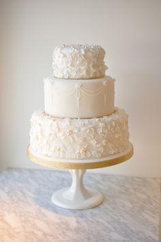 光沢感のあるフラワーやパールが繊細にデコレーションされた、美しいホワイトのシュガーケーキ。目の前にしたゲストからは思わずため息がもれそうなピュアな佇まいは、アイシングクッキーやシュガーデコレーションの人気ワークショップでおなじみのロージーから。 ペールトーンのブルーとゴールドのデコラティブな味付けがおしゃれなシュガーケーキは、好きなケーキトッパーなどを合わせて自分たちらしく思い切りアレンジ...