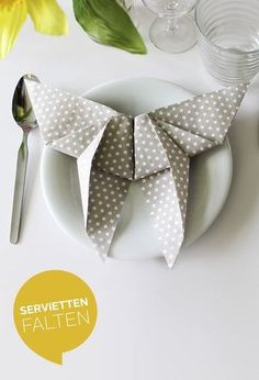 Just place towels next to your plate? Too boring! Here are 14 thoughtful suggestions on the simple and effective use of creative napkins for all occasions. Napkin Folding Pocket, Napkin Folding Rose, Christmas Table Decorations, Decoration Table, Serviettes Roses, How To Fold Towels, Christmas Napkins, Wedding Napkins, Pinwheels