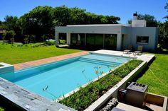 Piscinas familiares: Piletas de estilo moderno por Piscinas Scualo Pool At Night, Outdoor Pool, Outdoor Decor, Backyard Pool Landscaping, Modern Pools, Dream Pools, Abandoned Mansions, Small House Plans, In Ground Pools