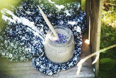 [ Bodyscrub med grönt te & lavendel ] 1 dl havregryn / 1 dl bryggt avsvalnat grönt te / ¾ dl sand el. socker / 1 msk honung / 1 citron, zest & 1 msk saft / 8 lavendelblommor   Blanda avsvalnat grönt te med havregrynen, låt dra 15 min. Tillsätt honung, citron + lavendel. Mixa tills havregrynen blivit till en slät kräm. Rör i sanden. Massera bodyscrubben mot huden när du duschar, skölj av.