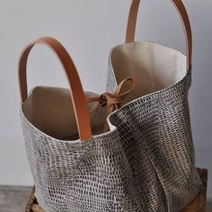 Reversible tote bag - Bling - Burlap, raffia and gold leatherette Collection « Loeyy Reversible Tote Bag, Jute Bags, Fabric Bags, Shopper Bag, Cloth Bags, Handmade Bags, Bag Making, Leather Wallet, Purses And Bags