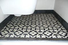 Toilet met Portugese tegels,cementtegels FLOWERZ 1 , collectie FLOORZ Tiles, Deco, Home Decor, Home Deco, Toilet, Flooring, Contemporary Rug, Small Tiles, Vintage