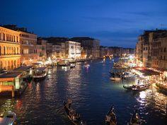 El #GranCanal de #Venecia de noche. http://www.venecia.travel/lugares-para-visitar/gran-canal/ #turismo #viajar #Italia