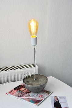 DIY Bürolampe für Schreibtisch. Lampe aus Beton mit Betonsockel & Vintage Glühbirne. Einfach selber machen.