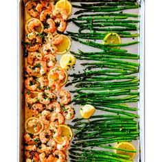 <p>Recept via <a href='http://carlsbadcravings.com/roasted-lemon-butter-garlic-shrimp-recipe/' target='_blank'>Carlsbad Cravings</a>.</p>