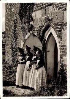Ansichtskarte / Postkarte Vier Mädchen in friesischer Festtracht, Eingang, Rankenbewuchs, Haube #Halligen