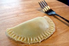 Use a fork to seal the empanadas Plats Latinos, Mexican Food Recipes, Dessert Recipes, Drink Recipes, Empanadas Recipe, Baked Empanadas, Comida Latina, Latin Food, Mexican Dishes