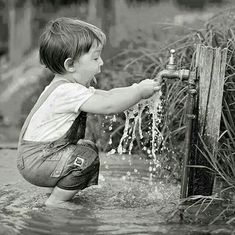 playing with the water - Childhood Memories - meadori Great Photos, Old Photos, Vintage Photos, Precious Children, Beautiful Children, Cute Kids, Cute Babies, Jolie Photo, Black And White Pictures