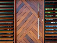Nos maisons d'architecture tropicale répondent parfaitement au climat calédonien. Elles disposent de grandes terrasses couvertes et de larges débords de toiture qui les protègent du soleil. Elles peuvent être construites sur une base de maçonnerie traditionnelle avec une note tropicale apportée par l'installation d'éléments en bois tels que la charpente, les poteaux de terrasse, les sous-forgets et les decks. Tel : +(687) 23.66.97 — (+687) 79.54.31 bellemaison@lagoo... Modern Entrance Door, Main Entrance Door Design, Modern Wooden Doors, Door Gate Design, Room Door Design, Door Design Interior, Modern Door, Wooden Front Door Design, Wooden Front Doors