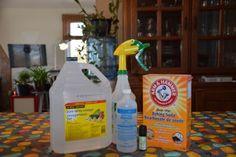 Truc facile pour nettoyer une tache jaunâtre d'un chandail sous les bras! Cleaning Hacks, Cleaning Supplies, Baking Soda Vinegar, Cleaners Homemade, White Vinegar, Spray Bottle, Home Remedies, Lotion, Pure Products