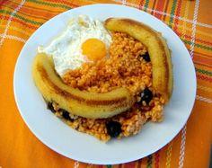 Arroz a la cubana - Wikipedia - Food and drink Bolivian Food, Bolivian Recipes, Cuban Rice, Banana Frita, Tomato Rice, Fried Bananas, Comida Latina, Cookery Books, Smoked Bacon