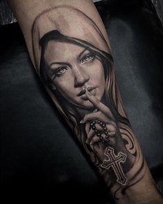 Selecção das melhores tatuagens de Nossa Senhora Virgem Maria. Desenhos coloridos, a preto e branco, criativos, delicados e ousados. Tattoos de Nossa Senhora perfeitas para o sexo feminino e masculino. Escolha sua preferida!