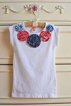 camiseta decorada con flores enrolladas de tela
