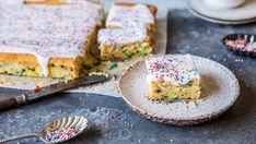 Strøsselkake i langpanne med melisglasur - Oppskrift - Godt.no Dessert Drinks, No Bake Cake, Just Desserts, Avocado Toast, Sweet Tooth, Cereal, Deserts, Sweets, Cookies