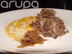 Segundo prato 1o. Daqui - Paleta assada, coulis de moranga, farofa de gergelim e confit de cebola roxa
