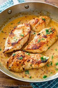 Pollo al sartén con salsa cremosa de lima y cilantro   27 Cenas de poco estrés que puedes preparar en una cacerola