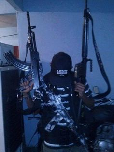 Ahí escriben sus amenazas a la tira y al ejército. Real Gangster, Gangster Girl, Armas Wallpaper, Gun Aesthetic, Grunge Couple, Gamer Pics, Pablo Escobar, Guns And Ammo, Firearms