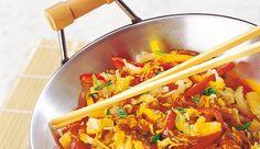 """CHINAKOHL-PFANNE, ZUTATEN (4 Portionen): 1 Chinakohl, 2 Frühlingszwiebeln, 2 Paprikaschoten, 2 EL Soja Sauce, 100ml Wasser, 1 Dose LIBBY'S Ananas Scheiben, 2 Beutel MAGGI fix China-Pfanne """"Chop Suey"""", 3 EL THOMY Reines Sonnenblumenöl"""