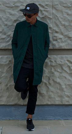 ステンカラーコートをスポーツミックスで秋冬ファッションメンズに仕上げて黒スニーカーでモテる