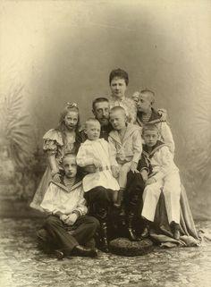 Grão-duque Constantino Constantinovich com sua esposa Grã-duquesa Elisabeth Mavrikievna e seis filhos mais velhos, em 1897. Grão-duque Constantino está sentado no centro do grupo com o Príncipe Igor e Príncipe Oleg sentado em seu joelho. Príncipe Gabriel está sentado sobre uma almofada para a esquerda e Príncipe Constantino  está sentado em um banquinho coberto para a direita. Elisabeth está de pé com Príncipe John na parte de trás do grupo e Princesa Tatiana está de pé para a esquerda.
