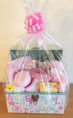 Beautiful Baby Gift Baskets design and make a gorgeous selection of gift baskets /hampers to celebrate the birth of a baby. Baby Girl Gift Baskets, Baby Gift Hampers, Baby Shower Baskets, Baby Girl Gifts, Regalo Baby Shower, Cute Birthday Gift, Gift Bouquet, Best Baby Shower Gifts, Gift Bows