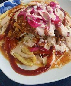 Platillo delicioso Crujiente pollo frito servido con deliciosas tajadas de banano verde, perfecto para fin de semana.Se sirve con un repoll...