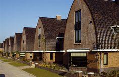 De villa's in het plan Nimmerdor in Amersfoort zijn bekleed met de VHV Roestkleur zwart satinet. De dakbekleding zorgt voor moderne architectuur met keramieke dakpannen.