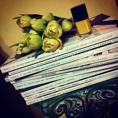 Revista, esmalte y tulipanes amarillos por gessicapinna.