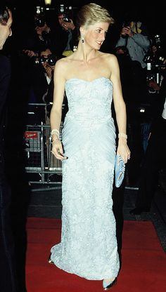 at 'Moulin Rouge' show Savoy Hotel  London  (09 de marzo de 1989).  strapless gown from Catherine Walker. © Getty Images
