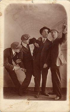 ...y qué querés con esta inseguridad que hay. (The Pickpockets, four young men, circa 1910)