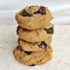 Flourless Peanut Butter Chocolate Chunk Cookies [Gluten Free + Vegan] 15 oz (1 can) chickpeas, drained and rinsed 6 tbsp natural peanut butter 1/3 cup non-dairy milk of choice 1 tsp vanilla extract 1 tbsp coconut sugar 1 tsp baking powder raw dark chocolate (however much you want!!!)