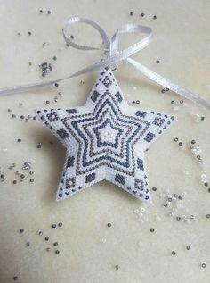 Now pretty would this be on your Christmas tree! Diy Photo Ornaments, Beaded Christmas Ornaments, Christmas Tree, Peyote Patterns, Star Patterns, Beading Patterns, Bead Crochet Rope, Beaded Crafts, Peyote Beading