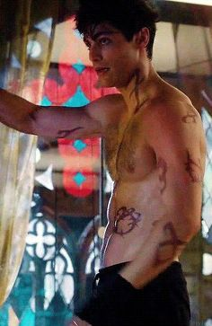 Alec: *finds out Magnus is coming to the institute* Alec: *decides to train shirtless* Matthew Daddario Shirtless, Mathew Daddario, Shadowhunters Tv Show, Shadowhunters The Mortal Instruments, Matthew Daddario Shadowhunters, Tenn Wolf, Klaus From Vampire Diaries, Arte Van Gogh, Alec Lightwood