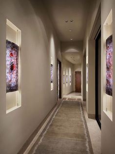 Gallery styled hallway features unique glass pieces set into inner-lit niches along the walls. Unobtrusive recessed ceiling lighting illuminates the space. Hall Colour, Cream Living Rooms, Niche Design, Corridor Design, Modern Entry, Hallway Designs, Hallway Ideas, Long Hallway, Small Hallways