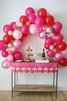 Idea original y delicada para tu boda, primera comunión o bautizo mira las preciosas fiestas que se han hecho con arcos de globos con flores.