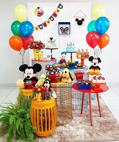 Incrível essa festa com o tema Mickey e sua Turma! Credito: Pr… Amazing this Mickey themed party and your gang! Credit: Design and Decor Balloons Traditional Patterned Sweets and Cakes party Fiesta Mickey Mouse, Mickey Mouse Cake, Mickey Mouse Parties, Baby Mickey, Disney Parties, Mickey Cakes, Mickey Mouse Clubhouse Birthday Party, Mickey Mouse Birthday, Mickey Party Decorations