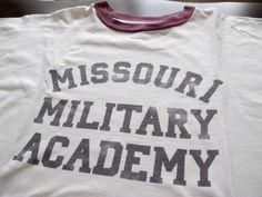 50年代~60年代の頃の物と推測されます。USビンテージ、ミズーリ州ミリタリースクールのTシャツになります。 当時の実物でございます。 やや厚手でしっかりしたコットン100%生地、タグ付近や裾裏に(NINO 425)と個人番号を表すような記号が小さくスタンプされております。マニアの方には嬉しいポイントです。 とても希少性の高い品でございます、お好きな方いかがでしょうか。 状態はやや使用品でわありますが、傷みも少なく年代のわり良い状態です。 SIZE表記 M (実寸) 肩幅47cm 身幅51cm  着丈65c