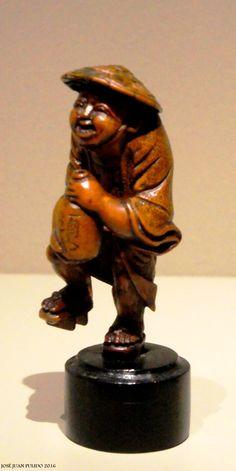 Netsuke de madera tallada con patina. Periodo Edo, en forma de bebedor de sake. Netsuke as sake drinker  Carved Wood with patina Edo period